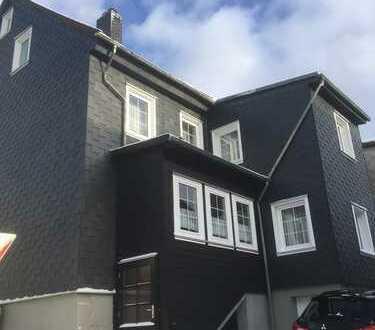Zweifamilienhaus mit Nebengelass und Garagen