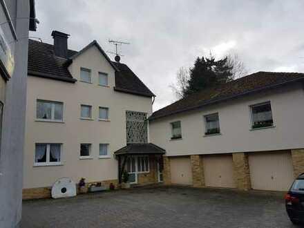 Preiswerte, vollständig renovierte 5-Zimmer-Wohnung mit Balkon und EBK in Neuenrade