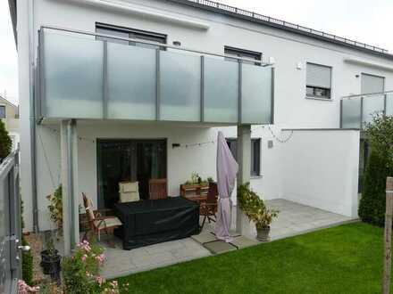 Neuwertige Erdgeschosswohnung mit Einbauküche und Garten in Wettstetten