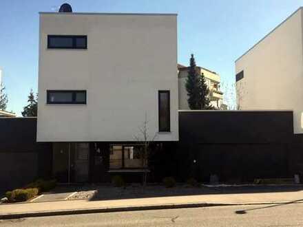 Schönes modernes Einfamilienhaus mit Terrasse und Garten