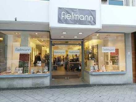 Ladengeschäft mit breiter Schaufensterfront in der Frankenthaler Fußgängerzone