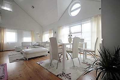 Schön geschnittene 4 Zimmer Maisonette Wohnung mit Galerie, Einbauküche und Whirlpool