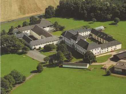Historisches Schlossgebäude mit Kloster, Schul-, Seminar- und Internatsbereich bei Konnersreuth