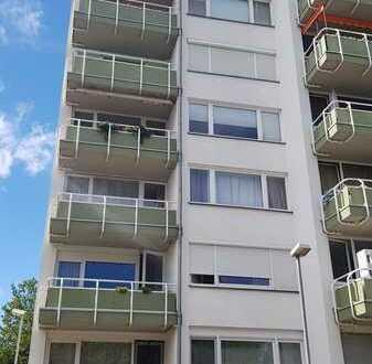 Gepflegte Hochparterre-Wohnung mit zwei Zimmern sowie Balkon und EBK in Mainz