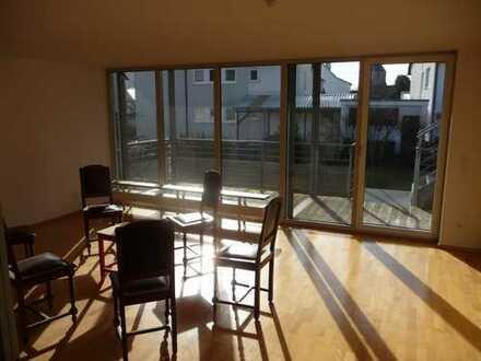 Neuwertige 3-Zimmer-Erdgeschosswohnung mit Balkon und Einbauküche in Tamm