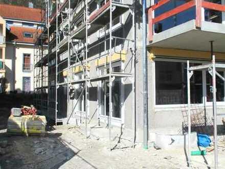 Altersgerechte, zentral gelegene Neubau-EG-Wohnung mit Außenbereich, Fußbodenheizung u. Einbauküche