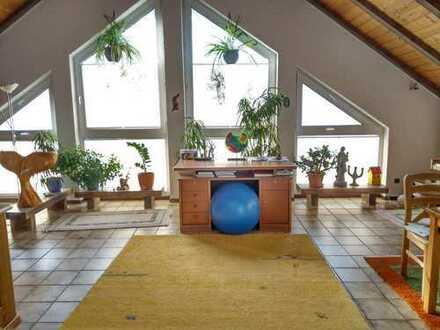 Attraktive 4-Zimmer-DG-Wohnung mit Balkon und Einbauküche in bester Lage