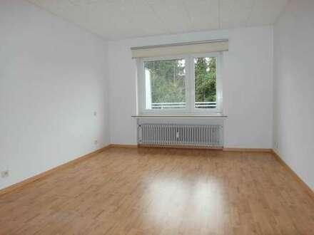 Ruhige & helle 3 Zimmerwohnung mit sonnigem Balkon und Garagenstellplatz. Frei ab sofort