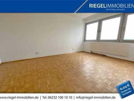 Sie hier ? Wir auch ! renovierte 3 Zimmerwohnung mit Loggia, Aufzug und PKW Stellplatz!