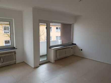 Helle, freundliche, renovierte 2,5 Zimmerwohnung mit Wannenbad