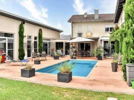 Purer Luxus mit Business-Bereich: Einfamilienhaus mit Bürogebäude, Garage, Carport und Pool