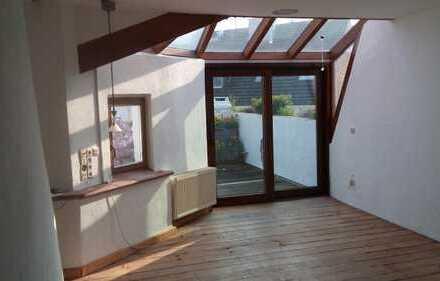 Erstbezug nach Sanierung mit großer Terrasse: ansprechende 4-Zimmer-DG-Wohnung in Düsseldorf