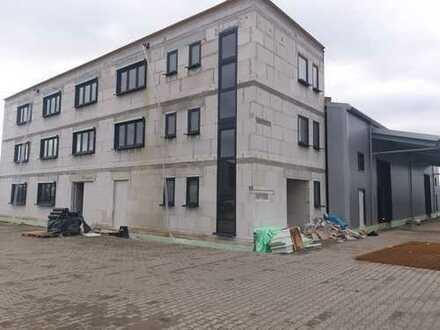 Langer-/Produktionshalle mit Bürogebäude