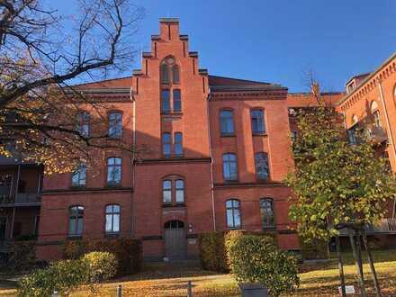 Herrliche, vermietete Dachgeschoss-Wohnung mit Terrasse und 2 Stellplätzen in historischem Denkmal