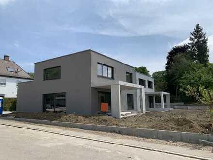 KNIPFER`S IMMOBILIENSCHÄTZE - Neubau - Luxuswohnung mit Garten in exponierter Lage!