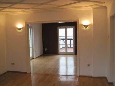 Stilvolle, modernisierte 3-Zimmer-Wohnung mit großer Dachterrasse und Balkon und EBK in Tübingen