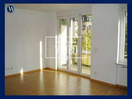 Sonniges, helles Apartment mit Balkon! Renoviert mit Laminat und integriertem Kochbereich+ Aufzug
