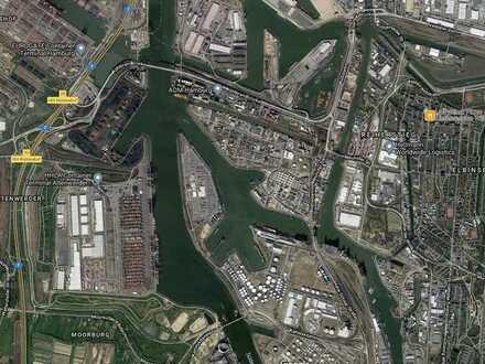 Befestigte Freifläche im Hafen!