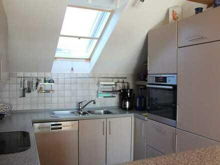 Gepflegte Dachgeschosswohnung mit vier Zimmern sowie Balkon und Einbauküche in Gersthofen