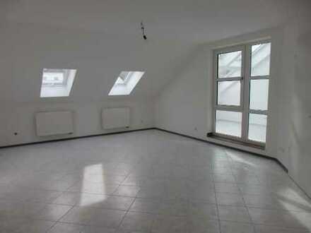 Gepflegte 3-Zimmer-Mansardenwohnung mit Balkon und EBK in Undorf