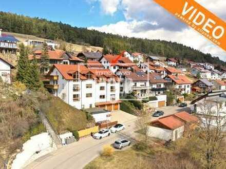 **Gemütliche 3,5-Zimmer-Whg. im Dachgeschoss mit Balkon, Garage und Panoramablick**