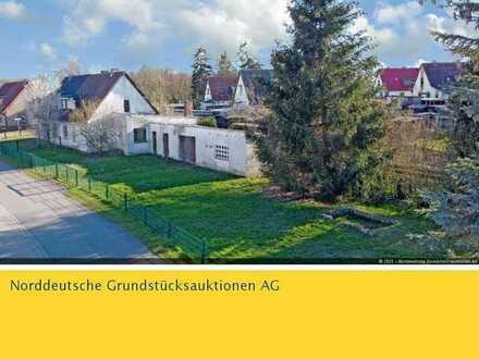 Doppelhaushälfte mit Anbau und Nebengebäuden