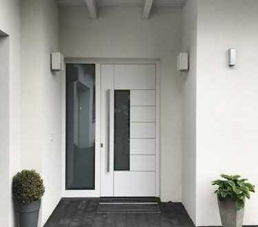 Stufenloser Bungalow mit großer integrierter Garage sowie 2 Terrassen und Garten, rollstuhlgerecht