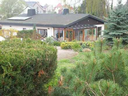 Bungalow mit Pool und Wintergarten
