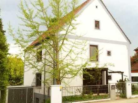 Exklusiv renovierte 2-3 Zimmerwohnung mit Einbauküche in einem Dreifamilienhaus in Göggingen