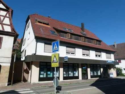Wohn– und Geschäftshaus mit 9 Stellplätzen– Ladenfläche, und große 4 Zimmerwohnung noch leer!
