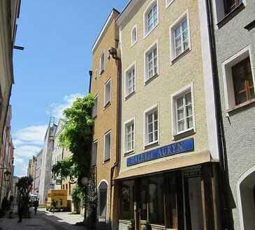 Altstadt von Burghausen: Historisches Stadthaus mit Laden