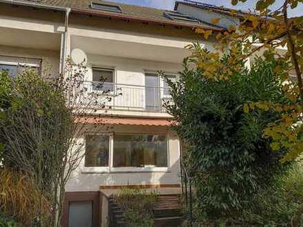 Kriftel: Neu saniert! Reihenhaus mit 6,5 Zimmern, EBK und Garten