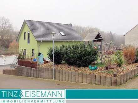 freistehendes Einfamilienhaus mit Garage und Garten in leichter Hanglage in Östringen