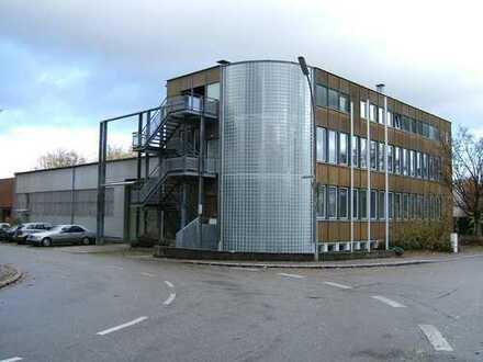 Lager/Produktionshalle mit Büro und Parkplätzen