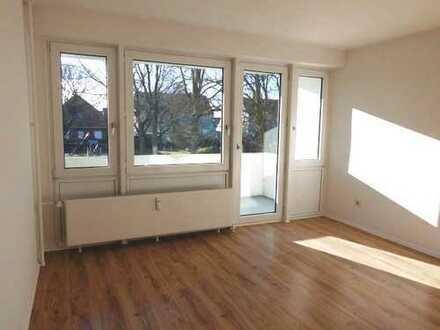 Toll sanierte Wohnung im Erdgeschoss mit Balkon !
