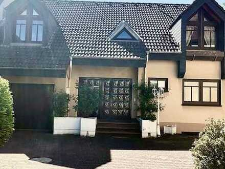 Von Privat Gepflegte Villa mit neun Zimmern und EBK in Hofheim am Taunus, Hofheim