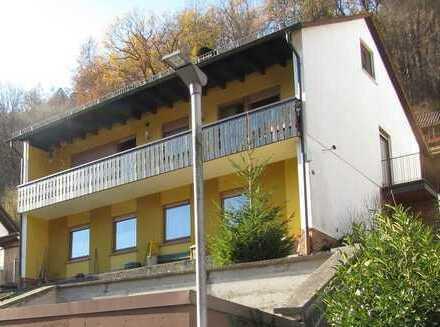 Solides Einfamilienhaus mit Doppelgarage und kleinem Nebengebäude in schöner Aussichtslage