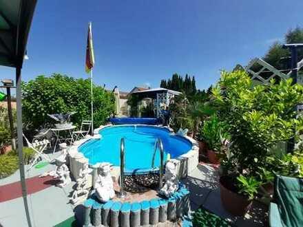 Zweifamilienhaus mit mediterranem Garten