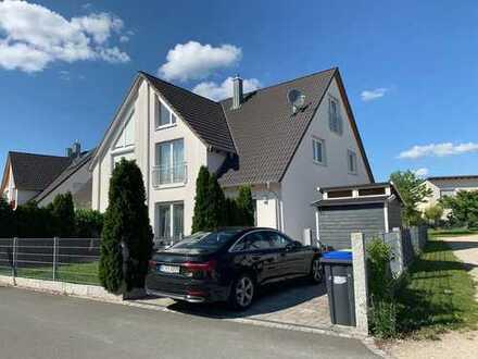 Moderne Doppelhaushälfte mit fünf Zimmern und Stellplatz in Neunhof, Nürnberg-Neunhof