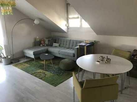 Gepflegte DG-Wohnung mit drei Zimmern sowie Balkon, Einbauküche und Garage in Iffezheim