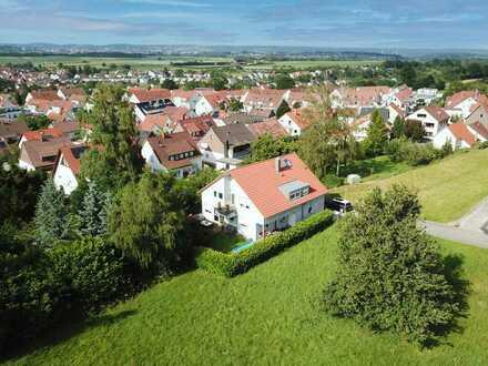 Zweifamilienhaus mit separaten Hauseingängen und Gärten in idylischer, grüner Lage
