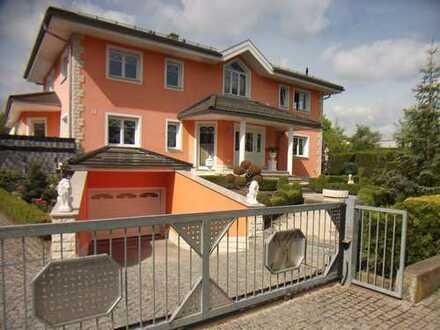 Neuwertige Toskan. Villa m. Tiefgarage u. Einliegerwohnung auch als Zweifamilienhaus nutzbar