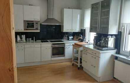 Sanierte 4-Raum-Maisonette-Wohnung mit Balkon und Einbauküche in Solingen