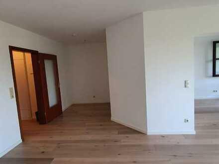 Erstbezug nach Sanierung: stilvolle 1,5-Zimmer-Wohnung mit Balkon in Krailling