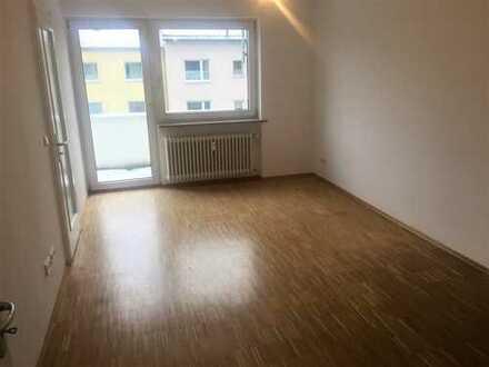 Komplett renovierte 2-Zimmer-Wohnung, ca. 50 m2, mit sonnigem Balkon in Moosach