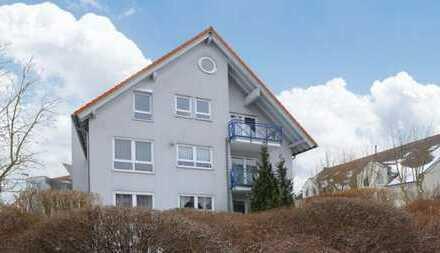 Sanierte, teilweise möbilierte Maisonette-Wohnung mit drei Zimmern sowie Balkon und EBK