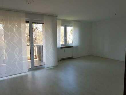 Stilvolle, vollständig renovierte 4-Zimmer-Wohnung mit Balkon und Einbauküche in Stuttgart