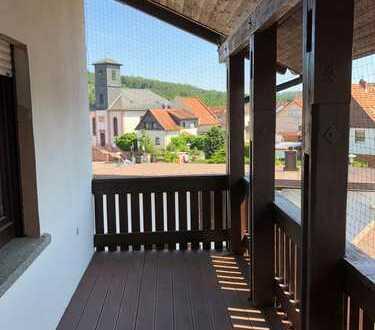 FIRMENANFRAGEN BEVORZUGT// Gepflegte 3-Zimmer-DG-Wohnung mit Balkon und Einbauküche in Rodenbach