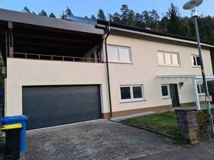 Erstbezug nach Sanierung: exklusive 4-Zimmer-Wohnung mit EBK, Terrasse, Garten und Doppelgarage