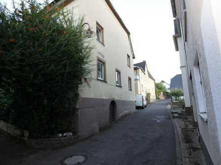 Ruhig gelegenes großes Haus mit mehreren Garagen